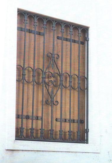 Grata finestra in ferro battuto